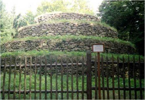 01 5 469x326 - Die Steinpyramide Groß Gerungs