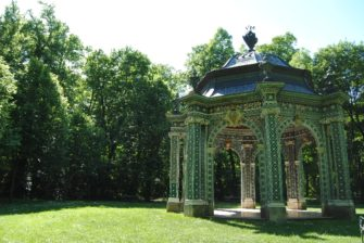 Laxenburg 110515 047 335x224 - Parkzauber im Laxenburger Schlosspark: Bäume, Wasser, Stein und Wiesen