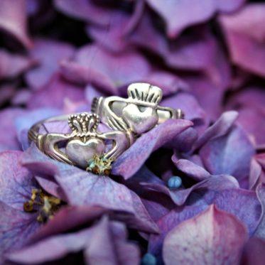 claddagh rings 373x373 - Der Claddagh-Ring