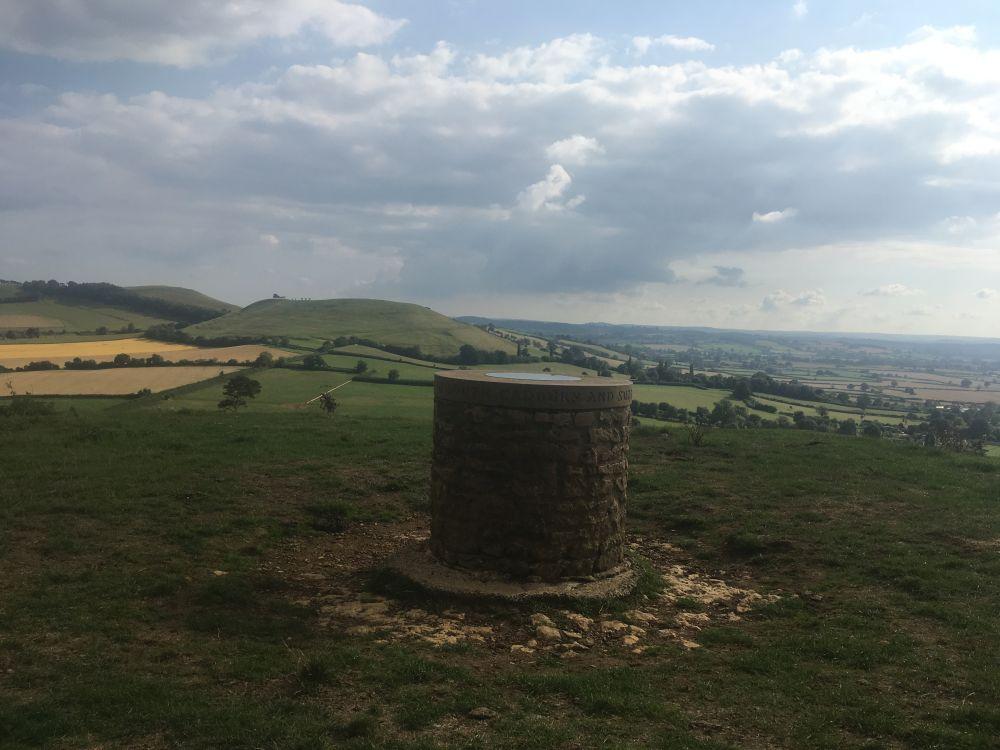 CamelotEngland2018 073 - Maybe-Camelot und die 1.700jährige Eibe von Compton Dundon - mit dem Käsehobel in England