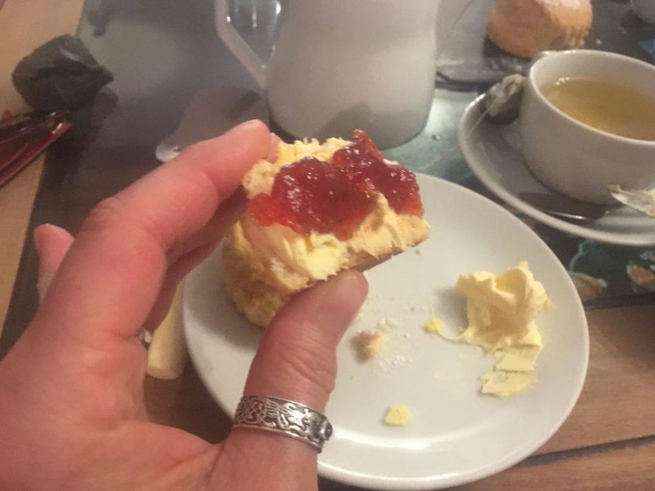 Dartmoor Creamtea England2018 027 951x713 - Dartmoorliebe, ein magischer Wald und Cream Tea - mit dem Käsehobel in England